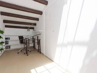 White house Palermo: Sala multimediale in stile  di Giovanni Costagliola Archifotografia,