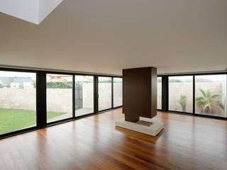 Casa das Dunas Salas de estar modernas por arquitectura e design Moderno