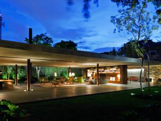 V4 House: Casas  por Studio MK27,Moderno