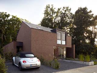 Haus im Wald: moderne Häuser von K3- Planungsstudio