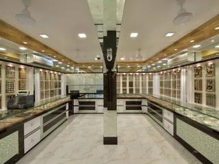 Escritório e loja  por Mykraaft Designers and Project consultants Private Limited