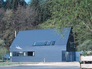 Ansicht Ost: skandinavische Häuser von Bohn Architekten GbR