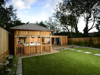 Bespoke garden building complete with spa and kitchen Garajes de estilo moderno de Crown Pavilions Moderno