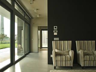 Villa privata tra il mare e la campagna: Soggiorno in stile in stile Moderno di GHINELLI ARCHITETTURA