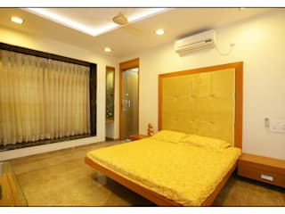 Guest bedroom:   by sayyam interiors.