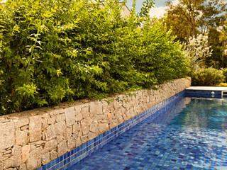 Minimalistyczny ogród od Loro Arquitetura e Paisagismo Minimalistyczny
