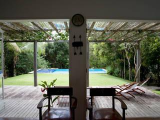 Residência Praia do Espelho - Trancoso/BA: Terraços  por Renata Romeiro Interiores,Tropical