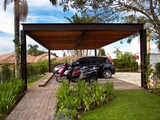 Garajes y galpones de estilo clásico de M.Lisboa Arquitetura e Interiores Clásico