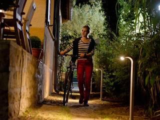 Der neu beleuchtete Weg in den Garten: moderner Garten von jack be nimble  - lighting | design | innovation