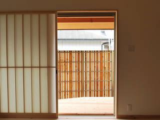 出屋敷の家 モダンデザインの リビング の 西川真悟建築設計 モダン