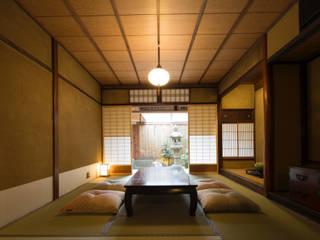 Salones de estilo asiático de 一級建築士事務所 (有)BOFアーキテクツ Asiático