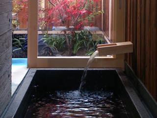 現代に息づく京都の町家: 一級建築士事務所 (有)BOFアーキテクツが手掛けた浴室です。,