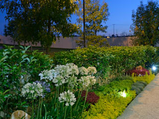 Jardines de estilo moderno por VICTORIA PLASENCIA INTERIORISMO