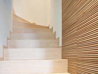 Modern Corridor, Hallway and Staircase by Semplicemente Legno Modern