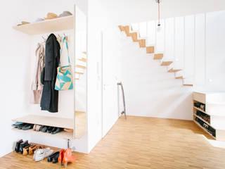 Pasillos, vestíbulos y escaleras de estilo moderno de Jan Tenbücken Architekt Moderno