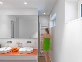 Energetische Sanierung & Umbau Einfamilienhaus: moderne Badezimmer von architektur______linie