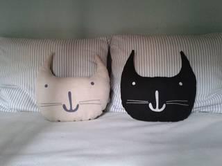 Cojines con forma de gato: Habitaciones infantiles de estilo  de PETIT TANDEM
