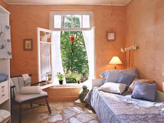 Célia Orlandi por Ato em Arte Country style bedroom Bricks Amber/Gold