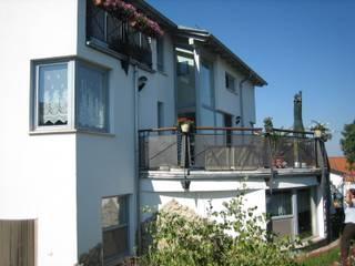 Fassade – Terrasse: moderne Häuser von Architekturbüro Martin Raffelt