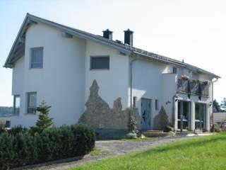 Fassade: moderne Häuser von Architekturbüro Martin Raffelt