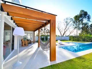 Detalhe de pérgola Balcones y terrazas de estilo moderno de ARQ Ana Lore Burliga Miranda Moderno