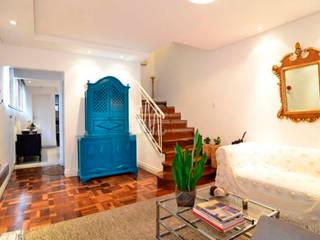 Couloir, entrée, escaliers originaux par Moradaverde Arquitetura Ltda. Éclectique