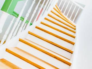 Treppenhaus, denkmalgeschützt:  Flur & Diele von mw-architektin