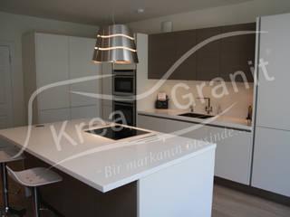 Cucina moderna di KREA Granit- Mutfak Banyo Tezgahları Moderno