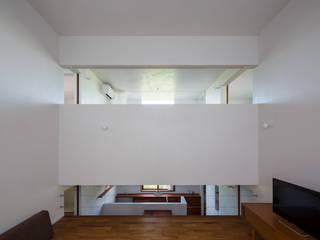 Modern living room by 吉田夏雄建築設計事務所 Modern