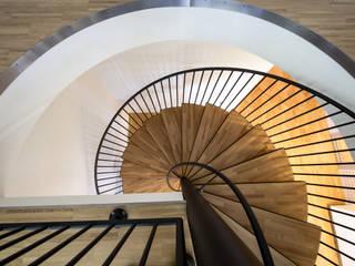 Pasillos, vestíbulos y escaleras modernos de Architektin DI Ulrike Wallnöfer Moderno