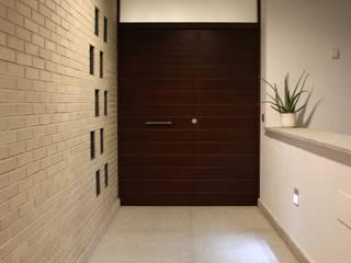 Modern Corridor, Hallway and Staircase by ESTUDIO P ARQUITECTO Modern Ceramic