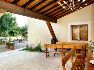 Balkon, Beranda & Teras Gaya Country Oleh Jacobo Lladó Estudio de Arquitectura Country