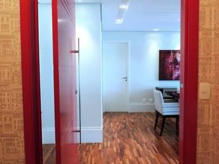 Pasillos y hall de entrada de estilo  por Adriana Pierantoni Arquitetura & Design