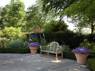 A country garden in the Cotswolds: country Garden by Bowles & Wyer