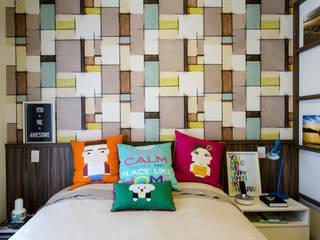 papel de parede colorido no quarto do casal: Quartos  por Adriana Pierantoni Arquitetura & Design
