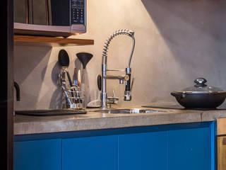 現代廚房設計點子、靈感&圖片 根據 Casa100 Arquitetura 現代風