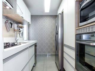 Papel de parede deu aconchego: Cozinhas  por Adriana Pierantoni Arquitetura & Design