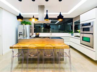 現代廚房設計點子、靈感&圖片 根據 IE Arquitetura + Interiores 現代風