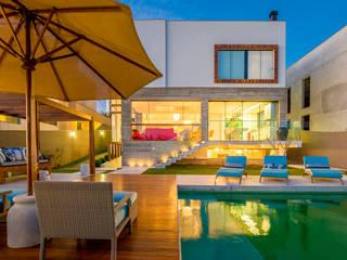 Piscinas de estilo moderno de IE Arquitetura + Interiores Moderno