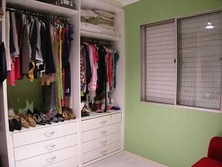 Apartamento Palmas do Tremembé: Closets  por VT Design - Arquitetura e Interiores