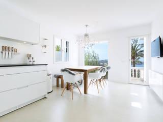 Reforma integral de una villa situada en Mallorca Cocinas de estilo minimalista de ISLABAU constructora Minimalista