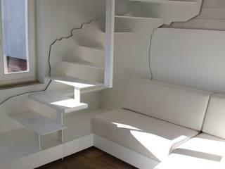 Ristrutturazione ed arredo su misura di un attico con soppalco Ingresso, Corridoio & Scale in stile moderno di Mangodesign Moderno