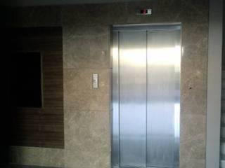 Ege Mermer Granit Corredores, halls e escadas modernos