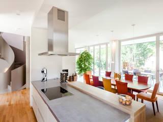 Wohnhaus in Dresden:  Küche von Hildebrandt Architekten