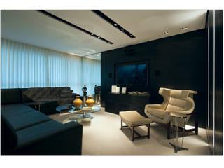 Cassio Gontijo Arquitetura e Decoração Salones de estilo moderno Derivados de madera Negro