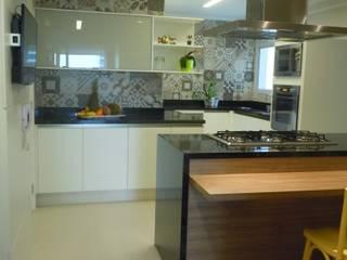 Klasyczna kuchnia od Flávia Brandão - arquitetura, interiores e obras Klasyczny