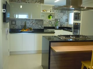 Cucina in stile classico di Flávia Brandão - arquitetura, interiores e obras Classico