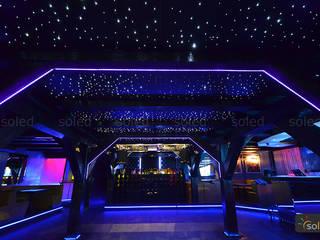 Bars & clubs modernes par SOLED Projekty i Dekoracje Świetlne Jacek Solka Moderne