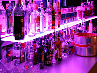 Półki szklane z podświetleniem LED - LED-illuminated shelves: styl , w kategorii Bary i kluby zaprojektowany przez SOLED Projekty i Dekoracje Świetlne Jacek Solka