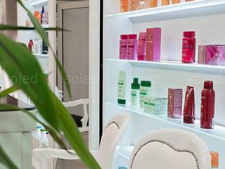 Półki szklane z podświetleniem LED - LED-illuminated shelves: styl , w kategorii  zaprojektowany przez SOLED Projekty i Dekoracje Świetlne Jacek Solka